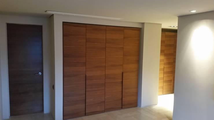Nuevos Armarios/Closet en Nogal:  de estilo  por Complementi Centro Decorativo