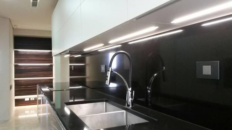 Encimera de Cuarzo Negro:  de estilo  por Complementi Centro Decorativo