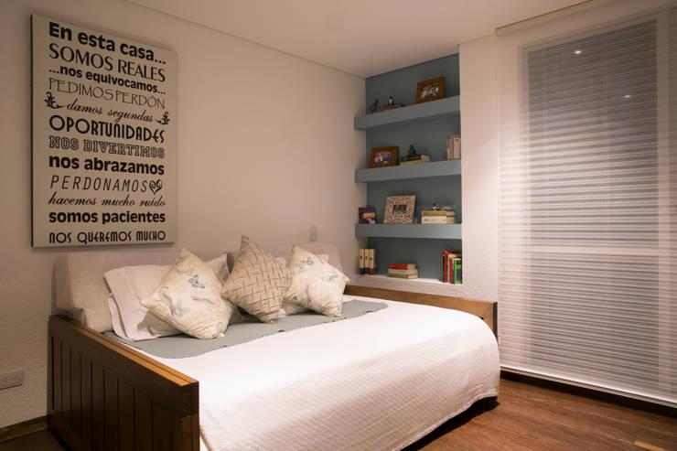 Habitación auxiliar: Dormitorios de estilo  por Cristina Cortés Diseño y Decoración