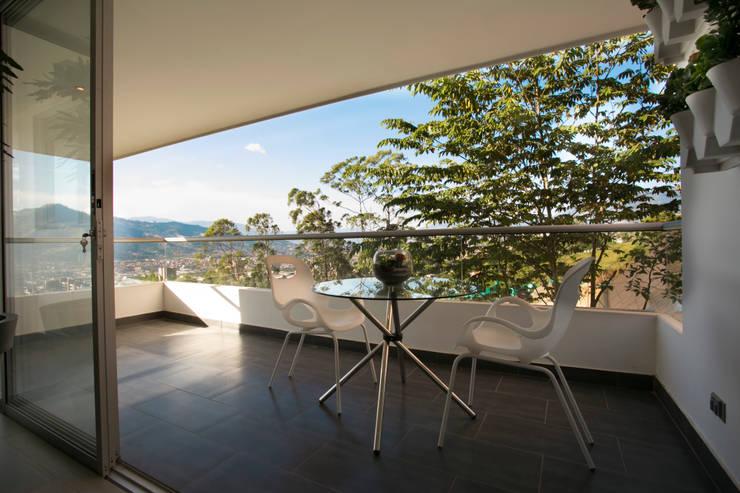 Balcon: Balcones y terrazas de estilo  por Cristina Cortés Diseño y Decoración