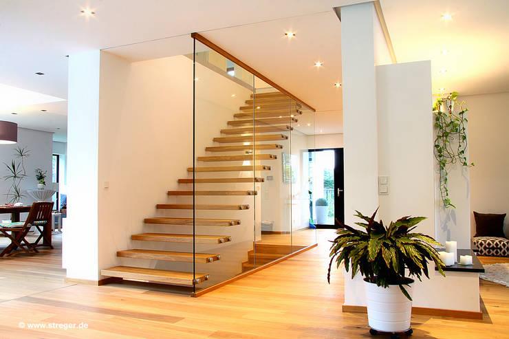Projekty,  Korytarz, przedpokój zaprojektowane przez STREGER Massivholztreppen GmbH