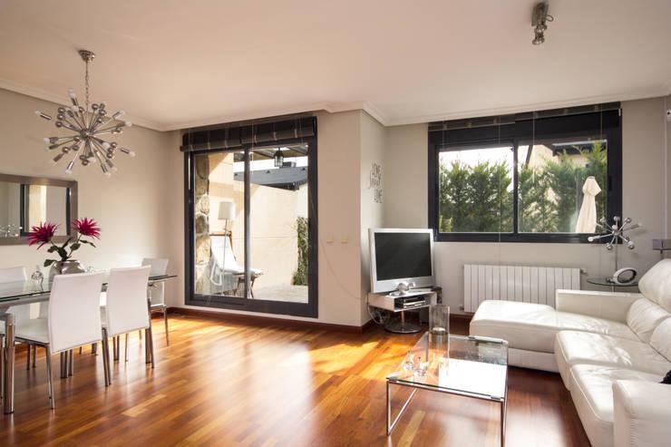 Casa en El Boalo (Madrid): Salones de estilo moderno de Alejandro León Photo