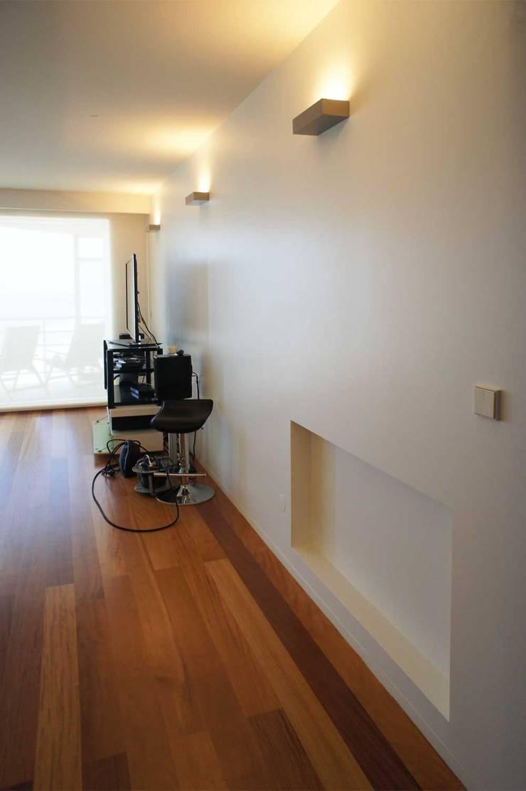 Apartamento T2 – Povoa de Varzim: Salas de estar  por B3C