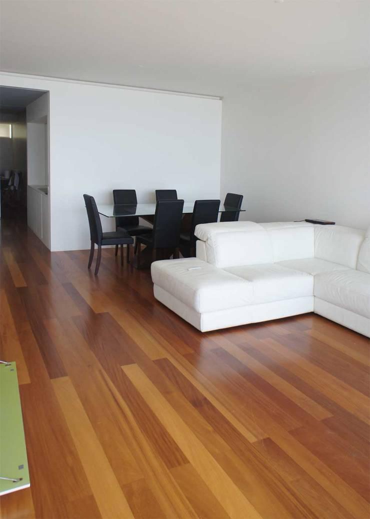 Apartamento T2 – Povoa de Varzim: Salas de jantar  por B3C