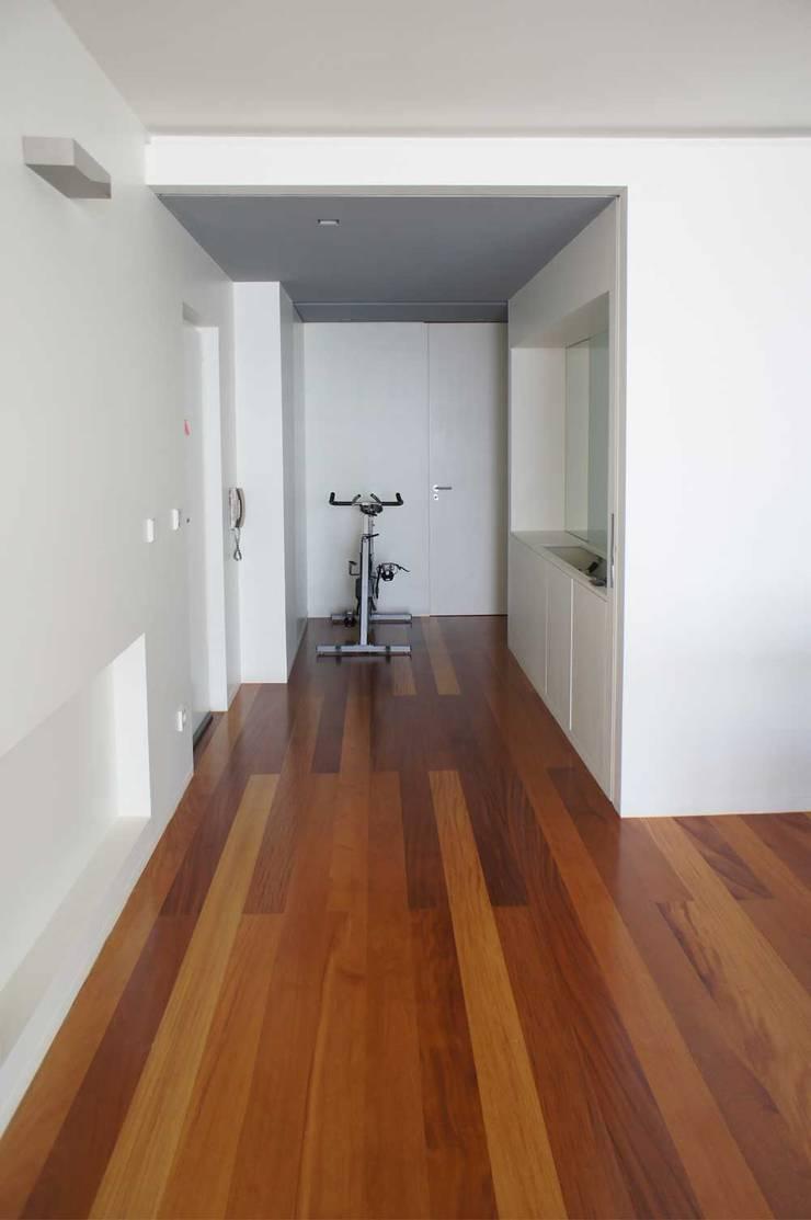 Apartamento T2 – Povoa de Varzim: Corredores e halls de entrada  por B3C