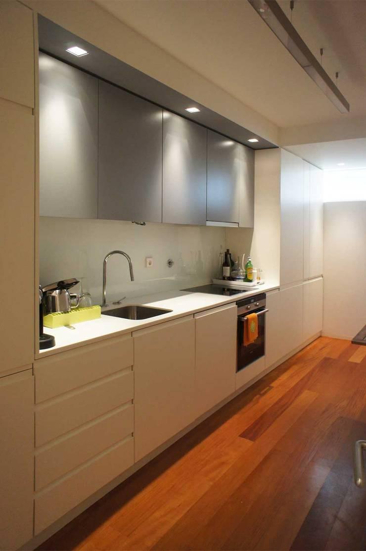 Apartamento T2 – Povoa de Varzim: Cozinhas  por B3C