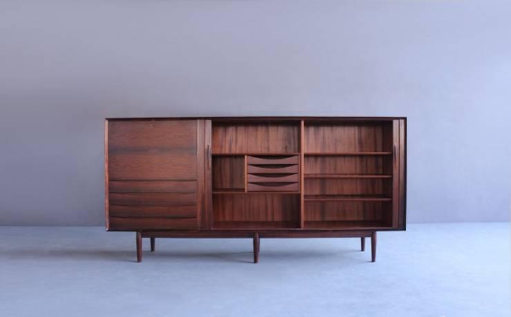 Rosewood Sideboard by Arne Vodder : Sala de jantar  por Retro Age