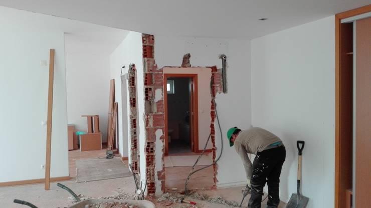 Remodelação Interior e Exterior de Moradia Herdade da Aroeira:   por FourHouse - Obras e Serviços