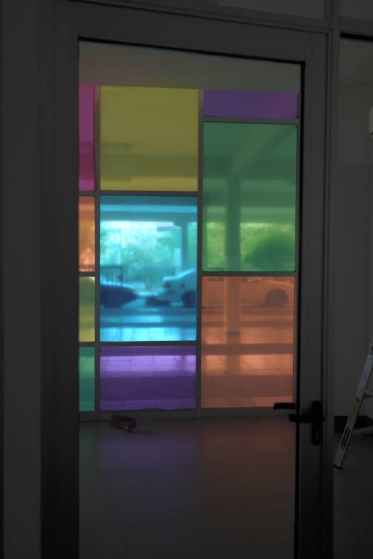 ESCUELA: Ventanas de estilo  por Liferoom