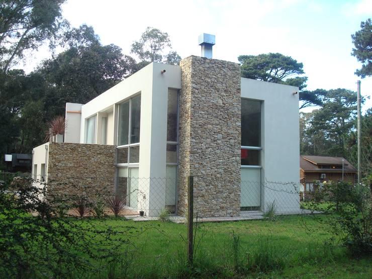 Vivienda Individual en Bosque Peralta Ramos - Mar del Plata: Casas de estilo  por Estudio Arquitectura Integral,Moderno
