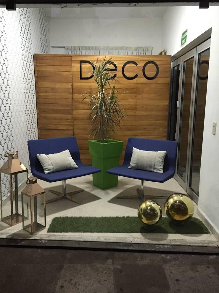 Showroom : Oficinas y tiendas de estilo  por DECO designers