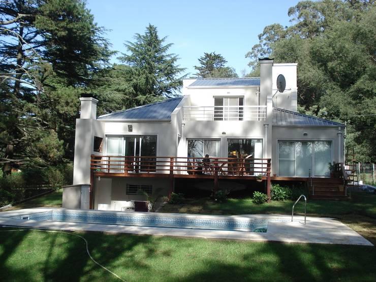 Vivienda Unifamiliar en Sierra de los Padres: Casas de estilo  por Estudio Arquitectura Integral,