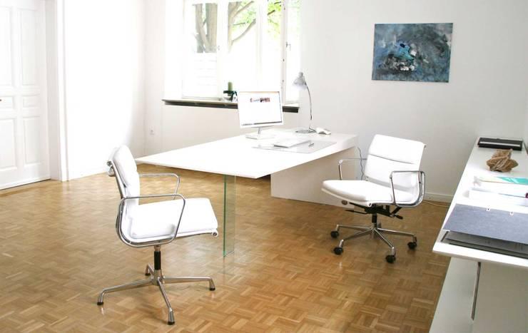 Escritórios  por Mensch + Raum   Interior Design & Möbel