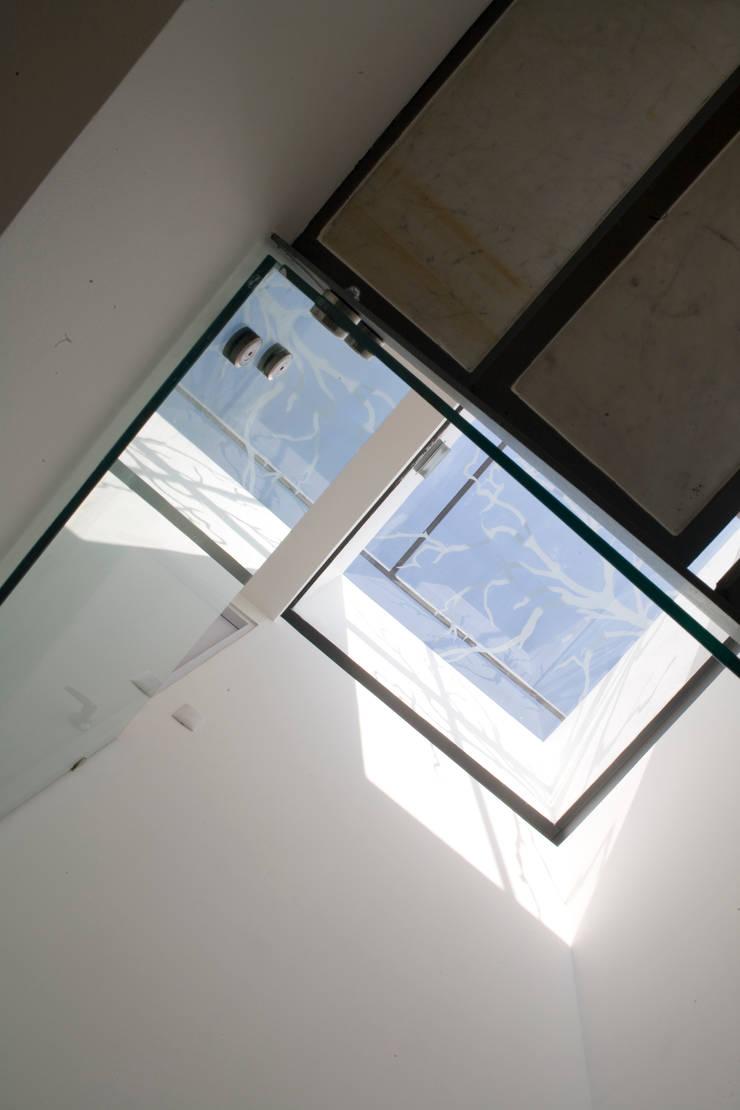 aCA-50 Finished Work: Pasillos y recibidores de estilo  por CoRREA Arquitectos