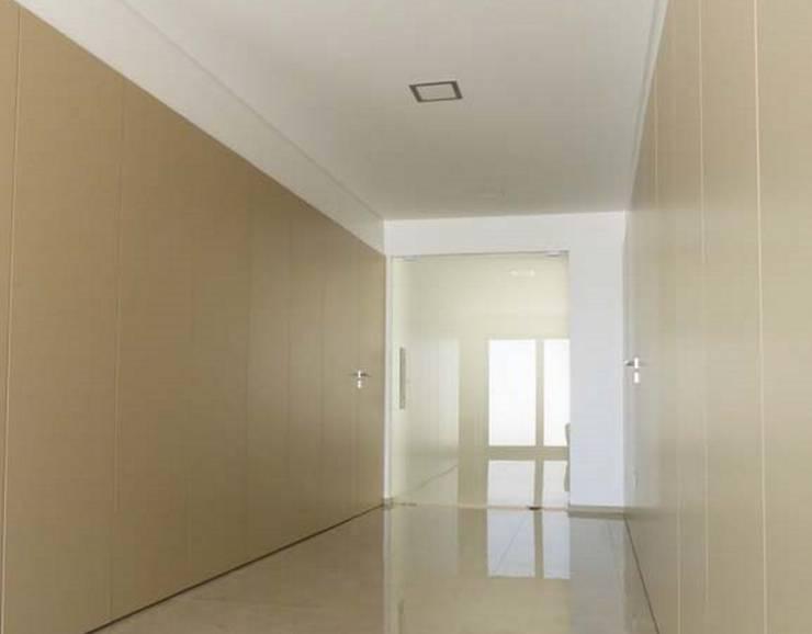 Vestíbulos, pasillos y escaleras de estilo  de Em Paralelo