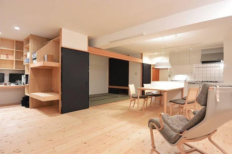 I宅 内部改修 マンションリノベーション: すまい研究室 一級建築士事務所が手掛けたリビングです。