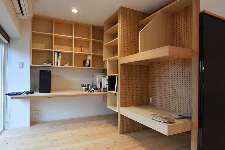 I宅 内部改修 マンションリノベーション: すまい研究室 一級建築士事務所が手掛けた書斎です。