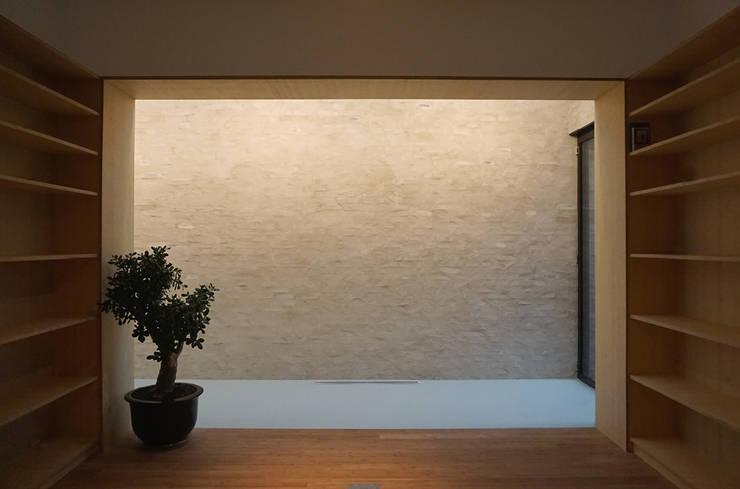 wandafwerking en lichtinval eetkamer:  Muren door Tim Versteegh Architect