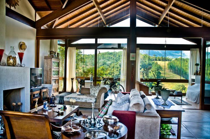 Uma vista na montanha: Salas de estar  por Carlos Eduardo de Lacerda Arquitetura e Planejamento