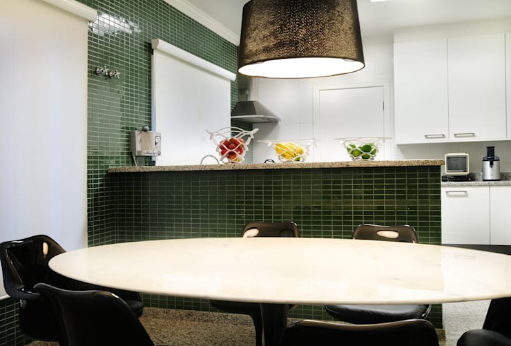 Кухни в . Автор – studio VIVADESIGN POR FLAVIA PORTELA ARQUITETURA + INTERIORES