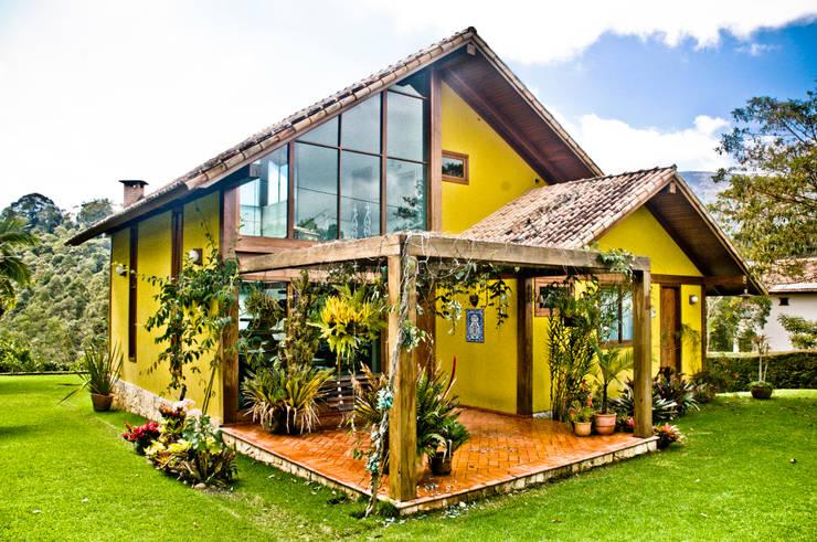 บ้านและที่อยู่อาศัย by CARLOS EDUARDO DE LACERDA ARQUITETURA E PLANEJAMENTO LTDA.