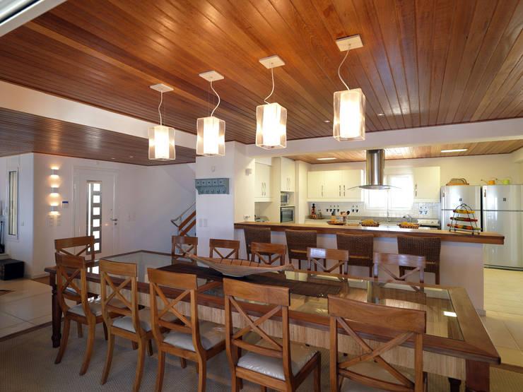 Salle à manger de style de style Méditerranéen par CARLOS EDUARDO DE LACERDA ARQUITETURA E PLANEJAMENTO LTDA.