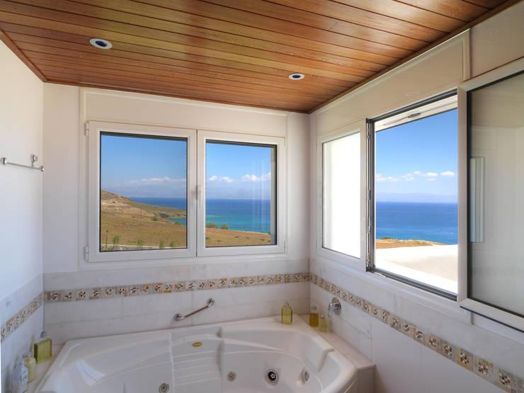 Casas de banho mediterrânicas por CARLOS EDUARDO DE LACERDA ARQUITETURA E PLANEJAMENTO LTDA.