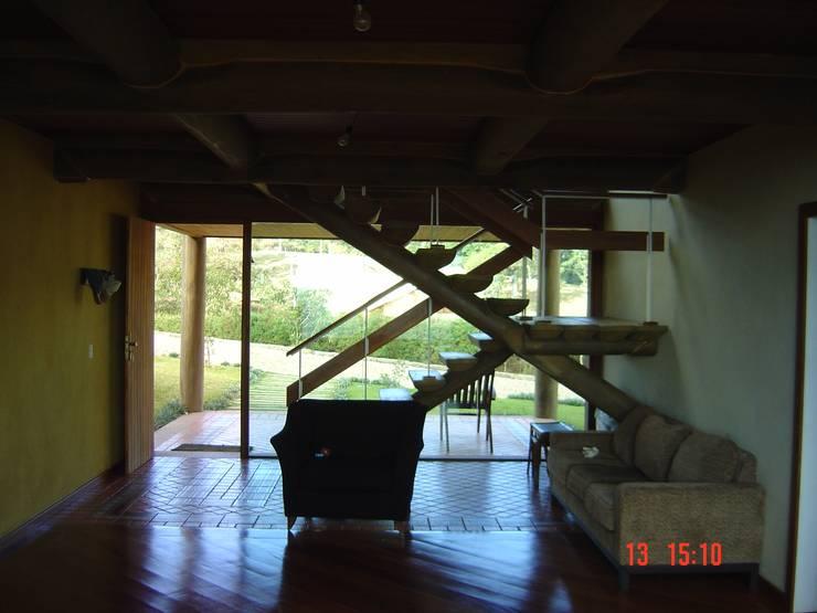 Casa de montanha - NL: Corredores e halls de entrada  por Carlos Eduardo de Lacerda Arquitetura e Planejamento