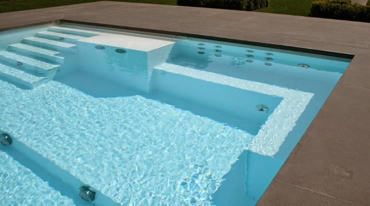 Kunststof zwembaden op maat: modern  door TVR Kunststoffen BV, Modern Kunststof
