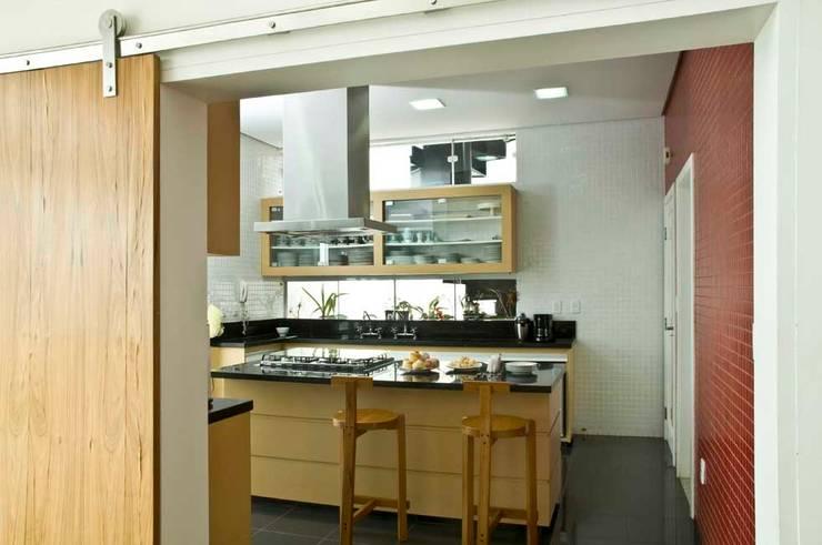 Casa Tatuí: Cozinhas modernas por Flavio Vila Nova Arquitetura