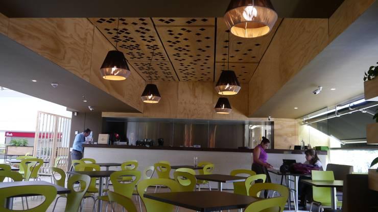 Restaurante Mundo Verde Unicentro 2015: Oficinas y tiendas de estilo  por NI.MA. Productos en madera