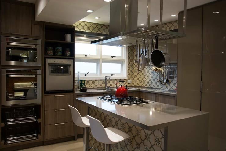 Cozinha gourmet : Cozinhas rústicas por T+H arquitetura & interiores