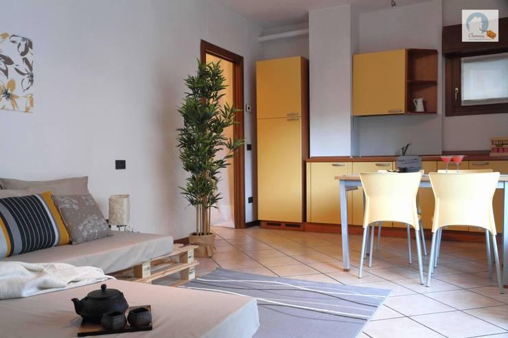 soggiorno dopo:  in stile  di Charming Home