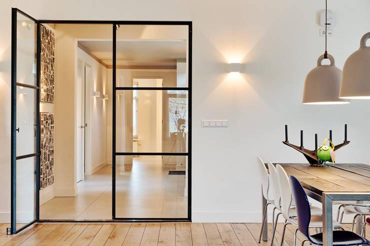 doorkijkje naar de hal:  Gang en hal door Jolanda Knook interieurvormgeving