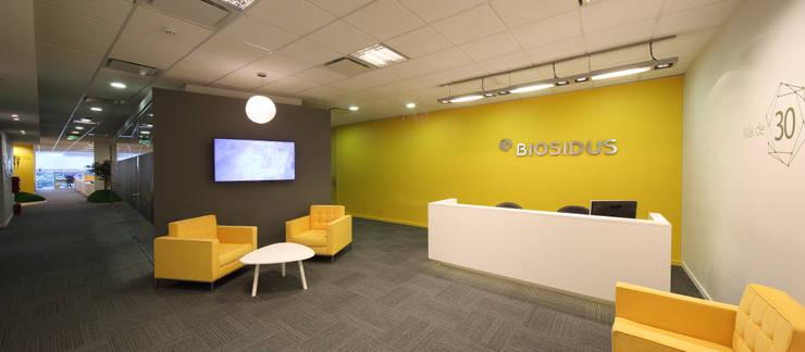 Recepcion Biosidus: Oficinas y Tiendas de estilo  por Intro Arquitectura
