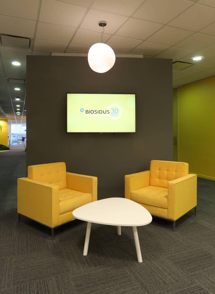 Area de espera en recepcion: Oficinas y Tiendas de estilo  por Intro Arquitectura