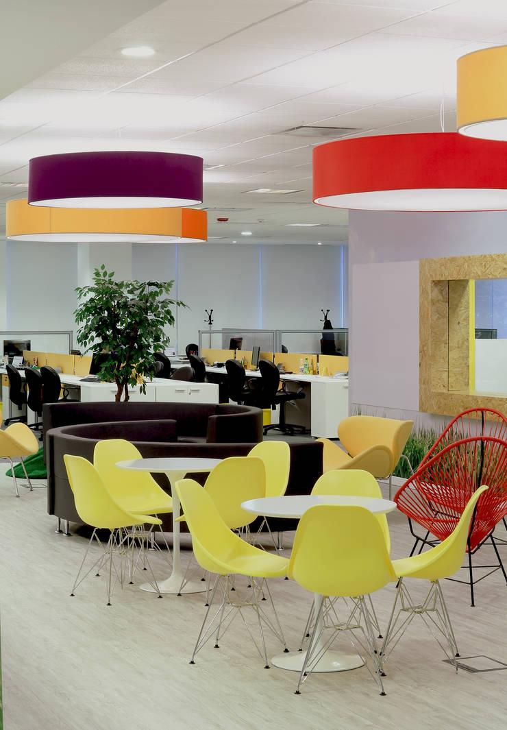 Espacio central: Oficinas y Tiendas de estilo  por Intro Arquitectura