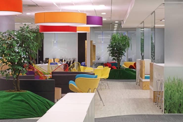 Area Central: Oficinas y Tiendas de estilo  por Intro Arquitectura