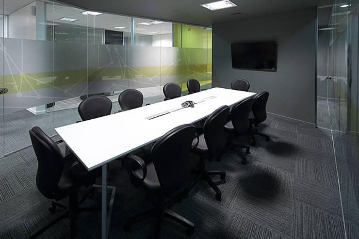Sala de reunion : Oficinas y Tiendas de estilo  por Intro Arquitectura