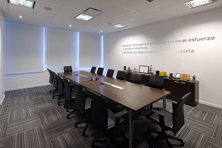 Sala de reunion directorio: Oficinas y Tiendas de estilo  por Intro Arquitectura