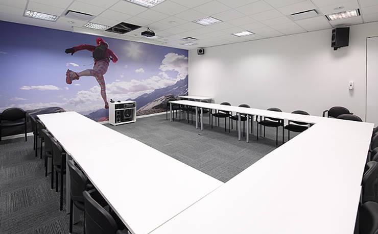 Sala de capacitacion: Oficinas y Tiendas de estilo  por Intro Arquitectura