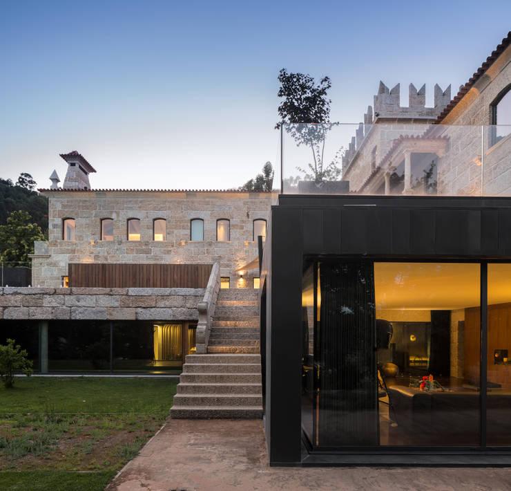 Guimarães House: Casas  por es1arq
