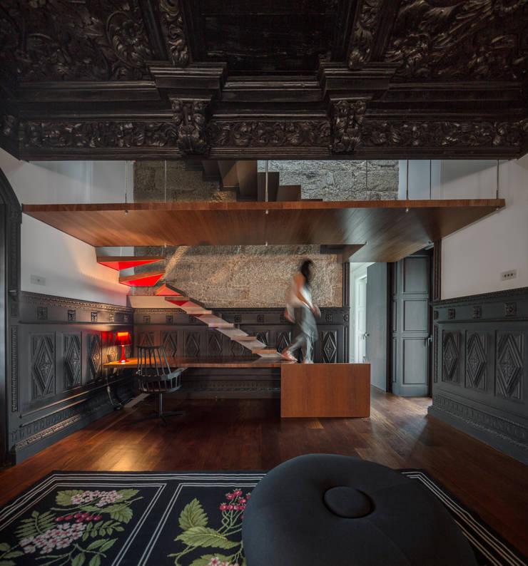 Guimarães House: Salas de estar  por es1arq