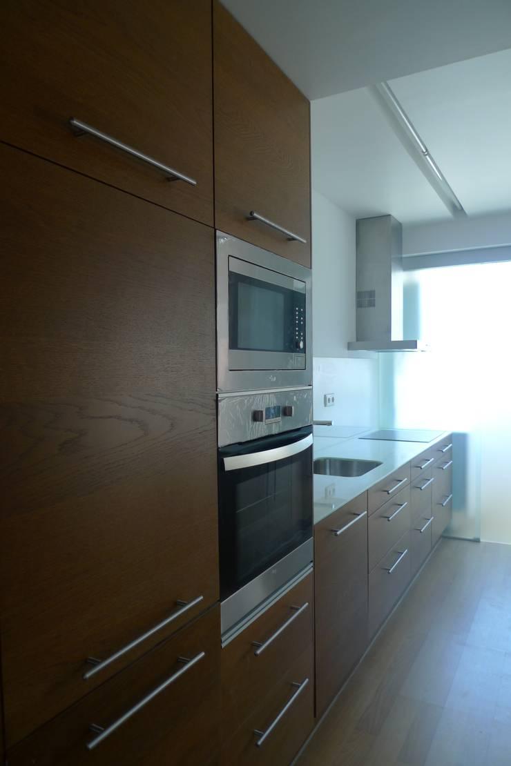 Apartment refurbishment - Campolide, Lisbon: Cozinhas  por QFProjectbuilding, Unipessoal Lda