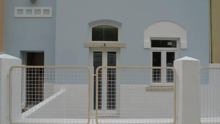 Alçado Principal - detalhe: Casas  por QFProjectbuilding, Unipessoal Lda