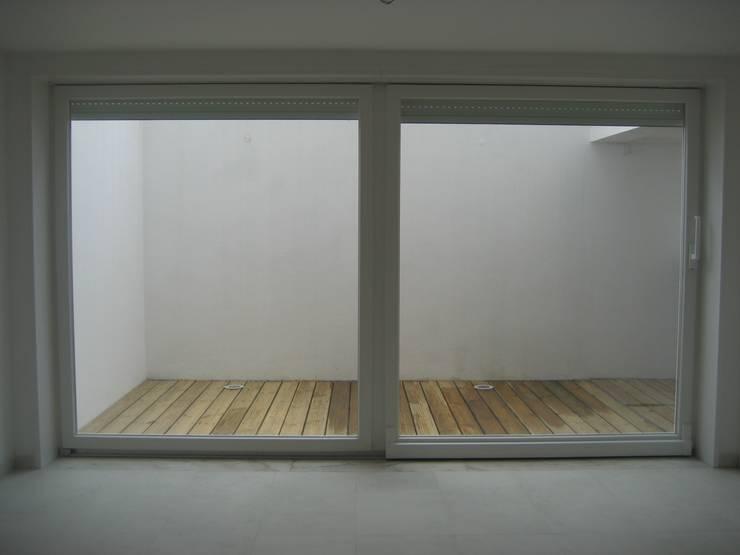 Logradouro rebaixado/cave: Salas de estar  por QFProjectbuilding, Unipessoal Lda