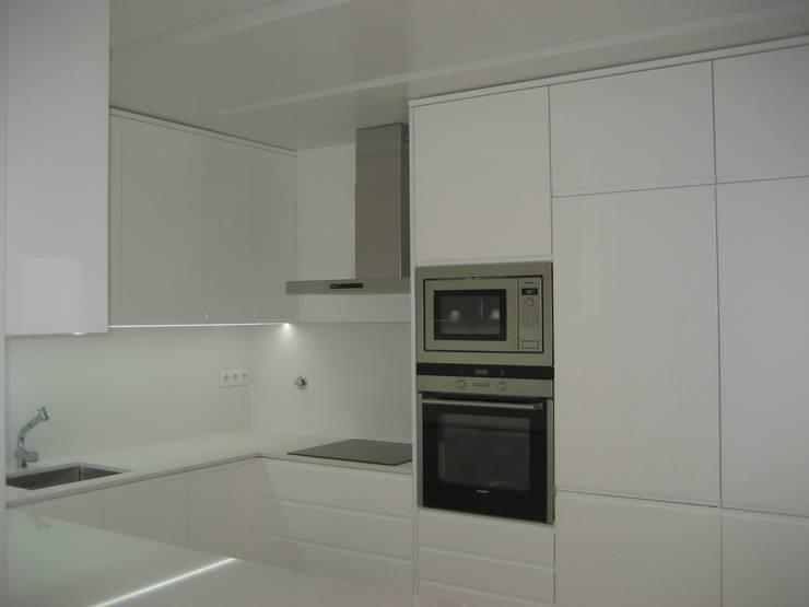 Cozinha: Cozinhas  por QFProjectbuilding, Unipessoal Lda