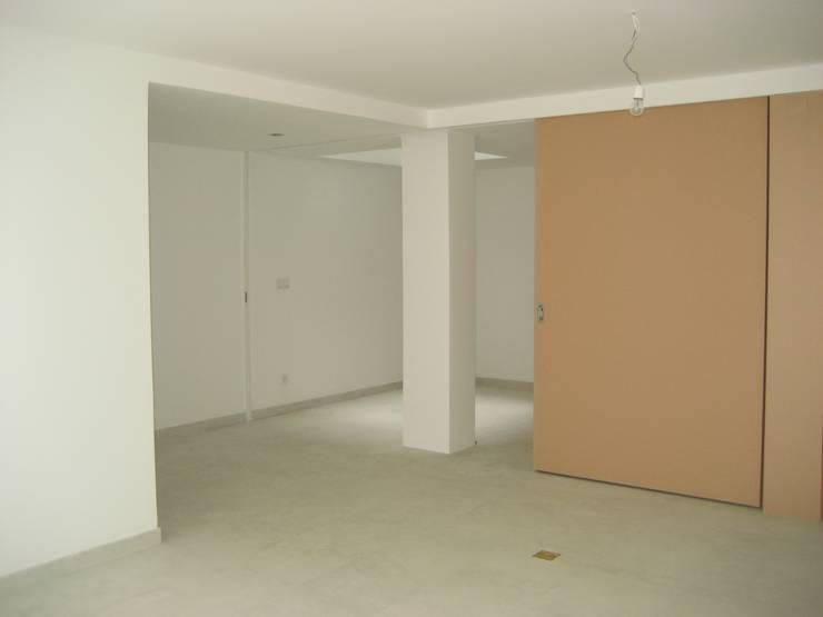 Sala de família - Cave: Salas de estar  por QFProjectbuilding, Unipessoal Lda