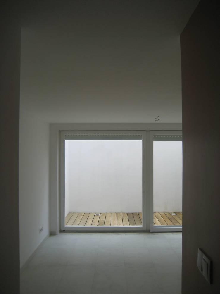 Sala de Familia / Cave/ Espaço Exterior: Salas de estar  por QFProjectbuilding, Unipessoal Lda