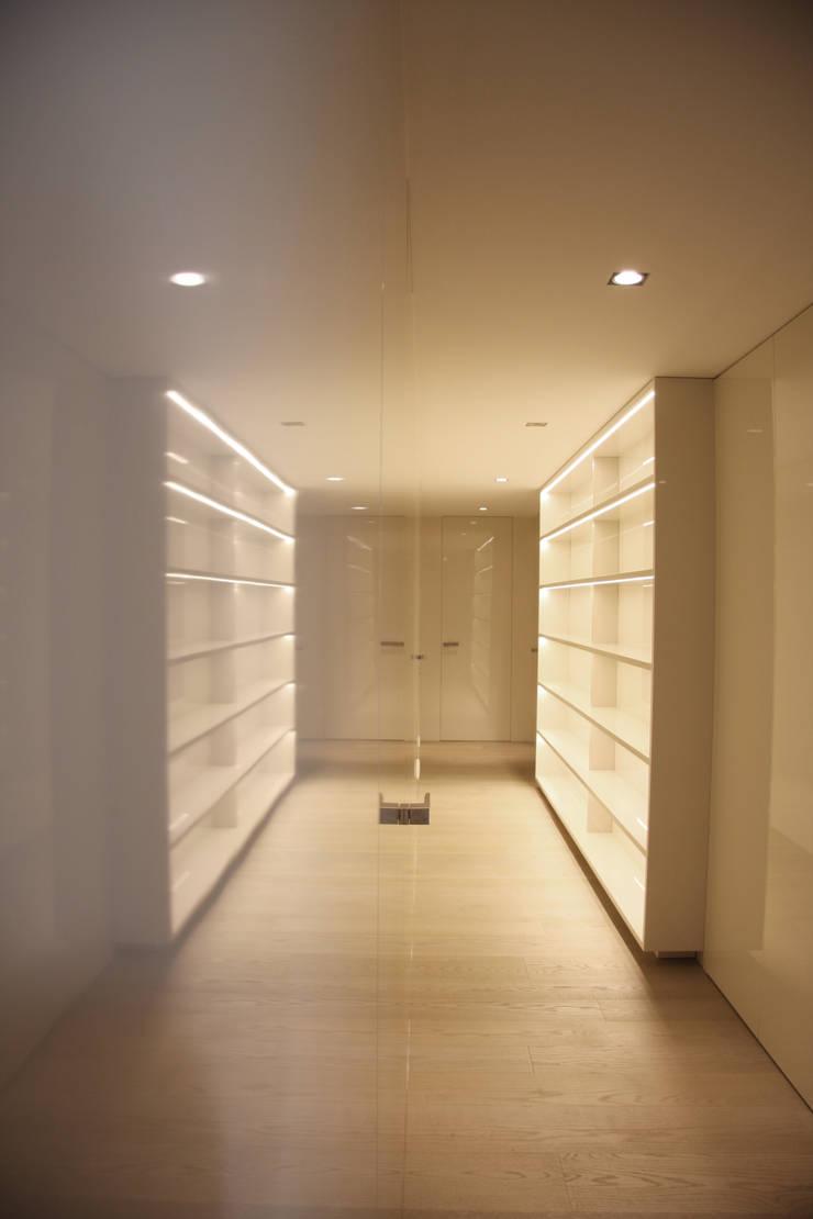 Corredor dos quartos: Corredores e halls de entrada  por GRAU.ZERO Arquitectura